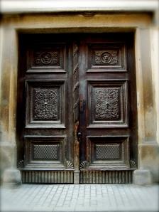 Old_door_in_downtown_Maribor.JPG